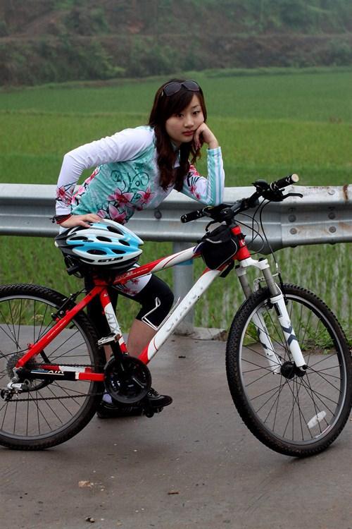 骑自行车的美女