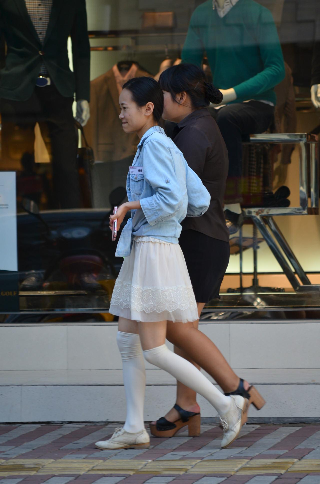 街拍短裙筒袜美女 街拍短裙过膝袜美女 街拍紧身短裙长腿美女图片