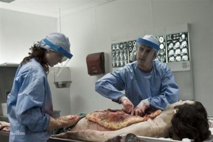 尸体解泡�_尸体解剖的步骤大同小异,一般都是先在躯干上用解剖刀划出一个y形的