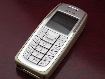 一款2004年诺基亚公司1发行的内存为930kb的手机,通话时间为2~6个小时图片