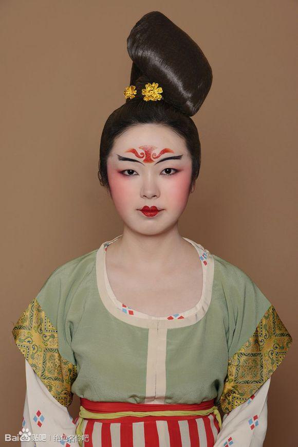 唐朝服饰是唐朝的服装,它有公服,圆领袍,半臂,衫裙,帔等,装饰有幞头图片