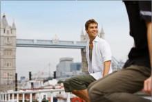 一游客在伦敦塔桥旁游玩
