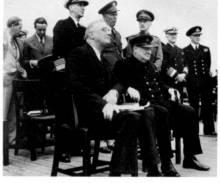 丘吉尔与兰姆赛海军上将一起查看作战地图