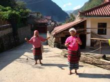 上帕良自然村的村民生活场景