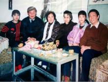 习近平夫妇与吕玉兰及其家人合影