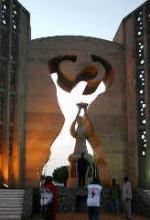 多哥总统福雷点燃了独立纪念碑上的火炬