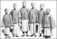 梁敦彦(左2)等留美幼童在旧金山登陆