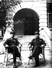 1971年,聂荣臻(左)与陈毅在北戴河