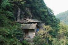 1景点由来编辑 观音崖处于紫阳沟中段的壁摩崖上,悬崖上有座观音小庙图片