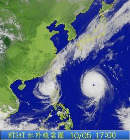 由于台风过境恰逢上班早高峰,引发交通极大混乱,车站内挤满乘客.图片