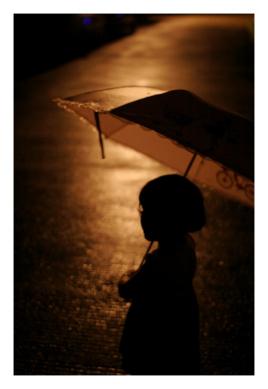 路灯下的小姑娘