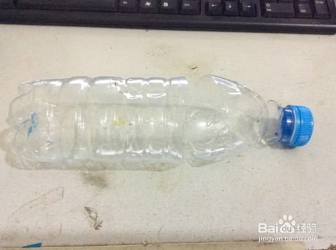买一瓶矿泉水,然后喝完它(要不浪费了),有空矿泉水瓶的可直接进入下一图片