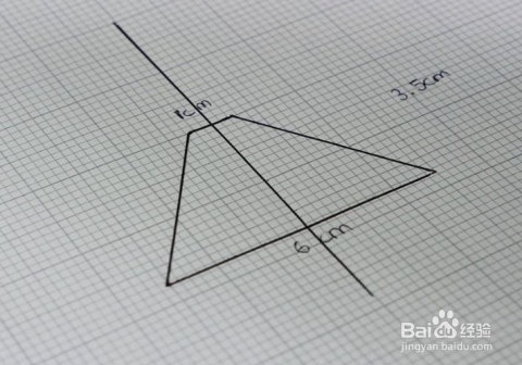 先在方格纸上画出一个等腰梯形,尺寸为:上底1厘米,下底6厘米,高3.图片