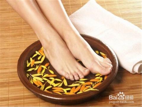 脚上的死皮,老茧遇到水就会变软甚至脱落,每天泡泡脚,不仅能消除疲劳