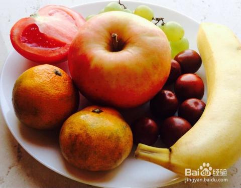 将苹果切成一瓣一瓣薄片的,切一个稍微厚一点的心形备用,如下图.图片
