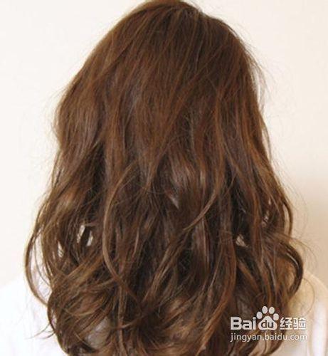 头发看上去丰盈很多,棕色的染发又十分适合办公室ol,是一款百搭的卷发图片
