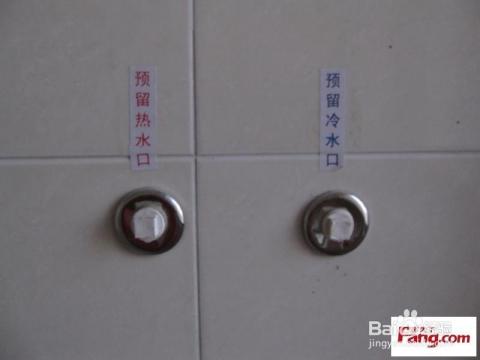 卫生间面积小的,一定要在装洗脸柜子和马桶之前安装.图片