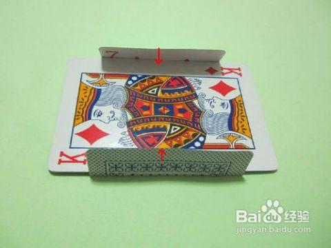 取两张扑克牌,以十字形状上下交叠,把下面的那张扑克牌的两边沿着上面图片