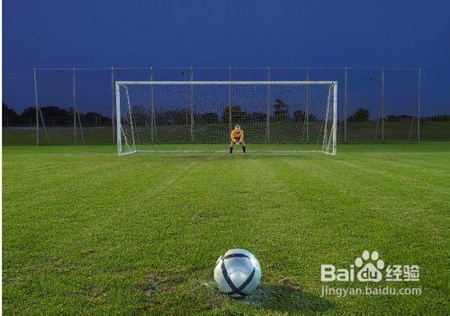 足球射门_踢球射门的足球运动员