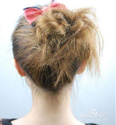 6 在发髻的上侧搭配一款自己喜欢的蝴蝶结发饰,为蓬松凌乱的丸子头图片