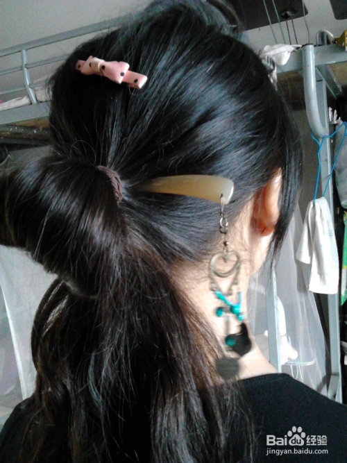 皮筋不要用完,留一点,最后一圈头发不要完全扯出来 3 将发簪插入皮筋图片