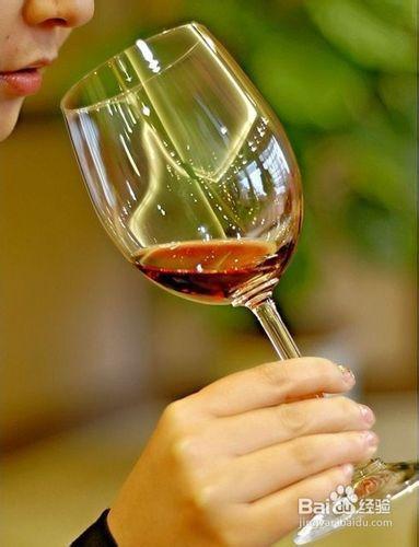 红酒杯的端法图片