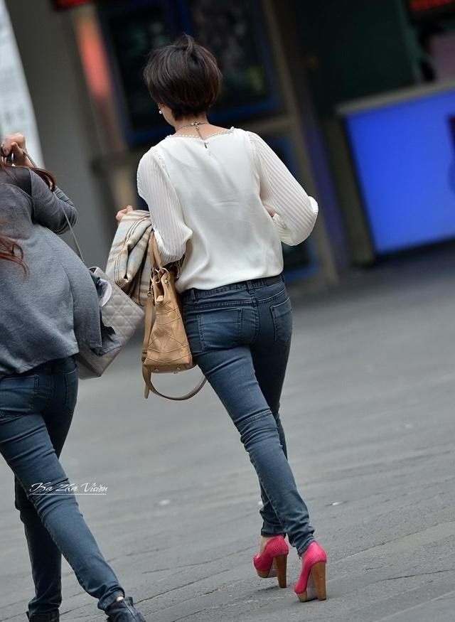 紧身美女牛仔裤视频_街拍:大街上见到紧身牛仔裤的美女