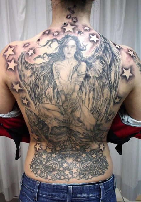 满背女天使纹身图案 那一抹笑,穿透了阳光 (480x685)图片