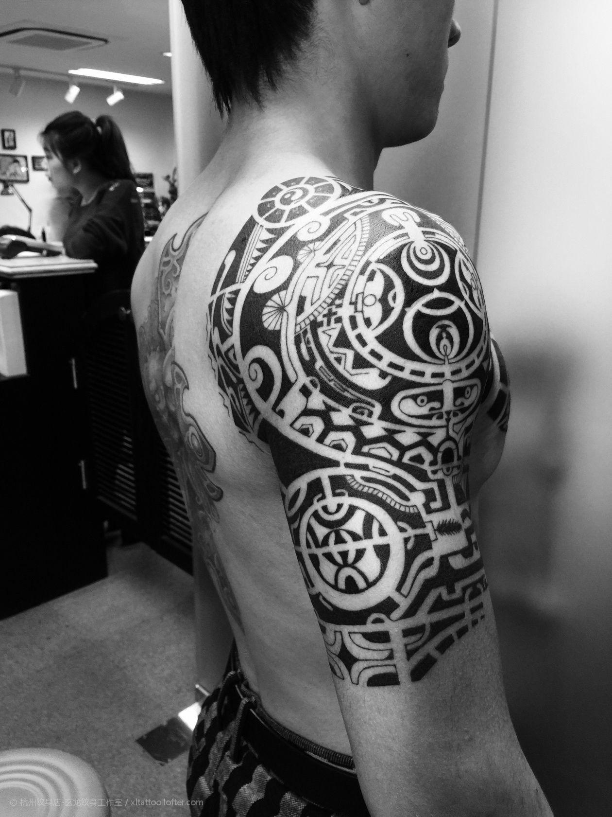 嘴炮康纳背上的纹身分享展示图片