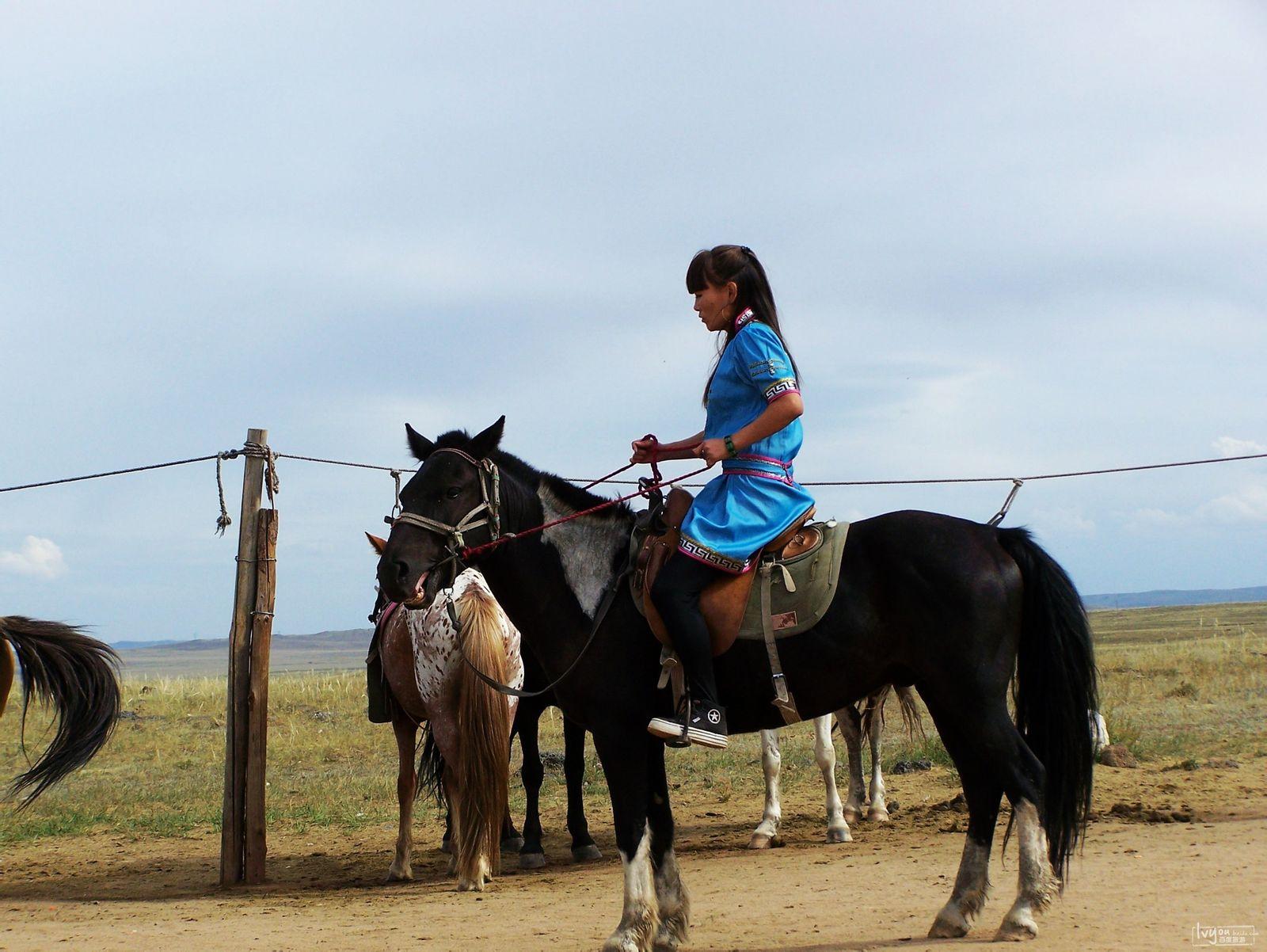 一个蒙古族的女骑手图片