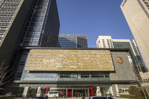 中国银监会徽章是什么样的图片_北京金融街雕塑中国银监会.图片