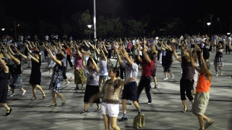 场舞_为什么广场舞喜欢放凤凰传奇