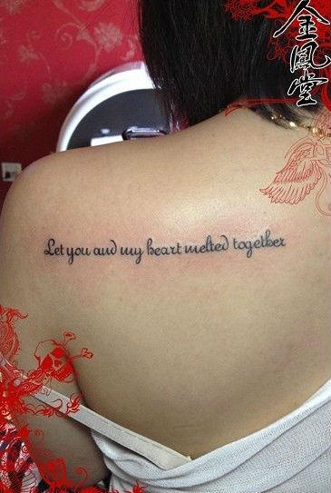 后背英文字母的纹身图片图片