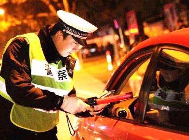 男子开车斗气举报自己酒驾