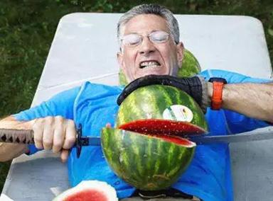 美国男子在肚皮上一分钟切26个西瓜