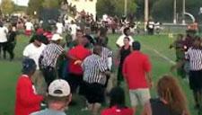 看热闹不嫌事大!教练裁判打架熊孩子欢呼雀跃