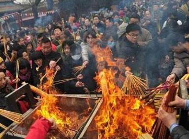 西安上千市民争烧头香