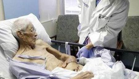 为了避免截肢,医生把大哥的手缝进了他的肚皮!