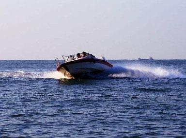 吉林男子开快艇转急弯被甩下湖