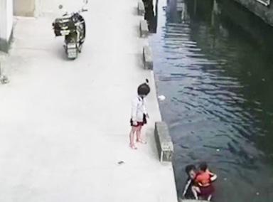女童意外落水外卖小哥弃车营救