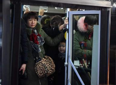小学生神吐槽挤公交:像菜籽被挤出油