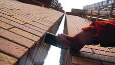 上海住宅高楼楼顶相碰 建设方称沉降倾斜所致