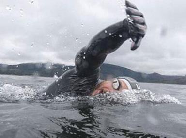 男子游泳连续74天不上岸!