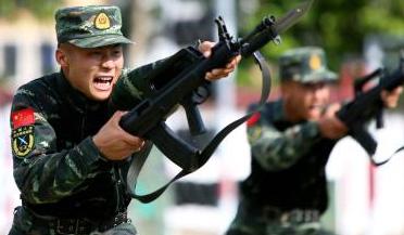 """实拍中国军人练习""""拼刺刀"""""""