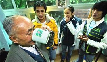 老人加入山寨社团 竟称喝尿23年治好肺病