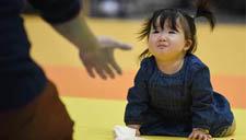 日本横滨举办宝宝爬行赛 800名萌娃现场秀