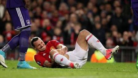 噩耗!伊布争顶落地重伤 膝盖向里弯曲严重变形