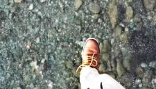惊艳!轻功了得 男子冰面上漫步似水上漂