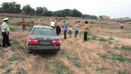 温州女子科目三考试车翻沟里