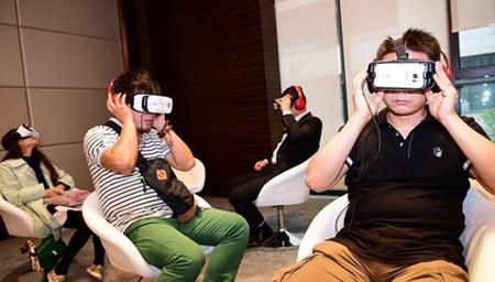 注意安全!体验VR游戏 意外摔倒受伤